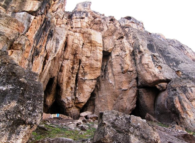 Арени-1: пещерный комплекс в селе Арени в южной части Армении вдоль реки Арпа. Среди других артефактов в комплексе выявлено старейший обуви и старейшый известный винзавод возростом 6100 лет.